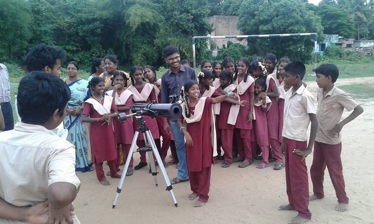 Children in India: first time looking through a telescope.